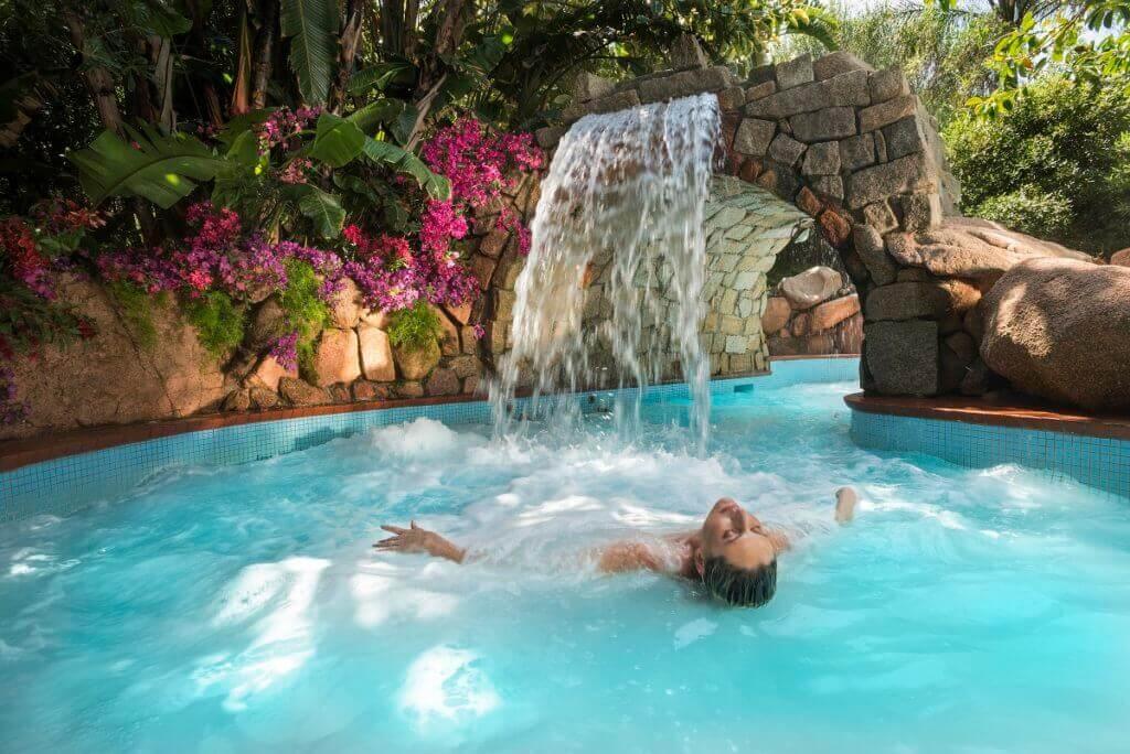 familien-luxus-urlaub-sardinien-italien-forte-viallage-Luxus-hotel-aquaforte-spa-reisespezialist