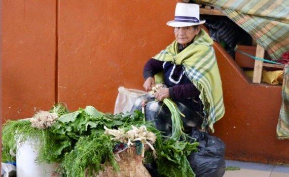 verkäuferin-cuenca-ecuador-land-und-leute-fotoreise-sicher-durch-süd-amerika-hiking-trip