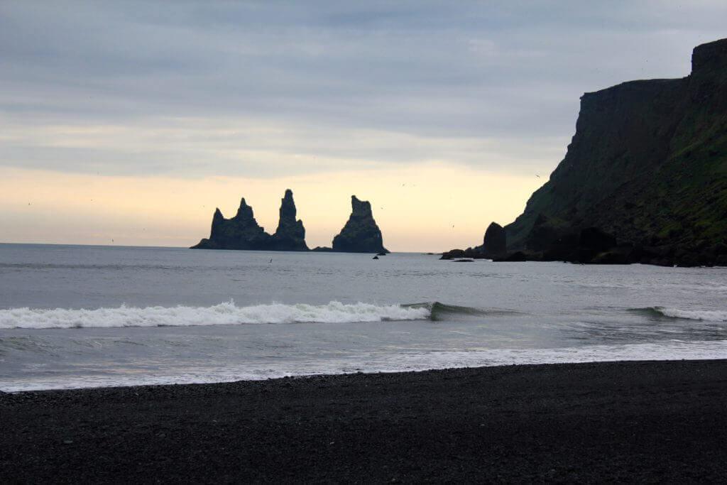 muenchen-direktfluege-island-europa-reiseziele-island-suedisland-strand-von-vik-lavasand
