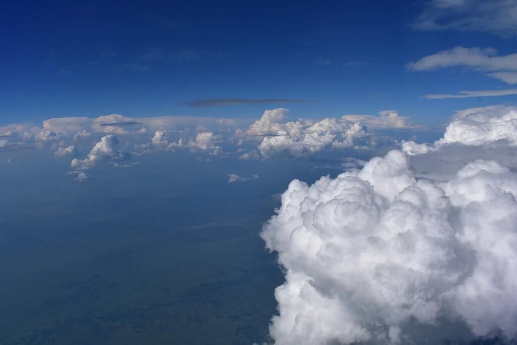 reise-planen-flugzeug-ueber-den-wolken-direktflug