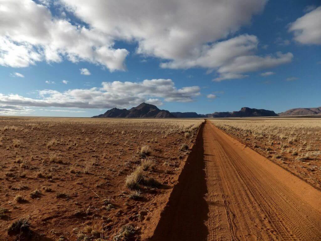 mietwagenrundreise-namibia-unterwegs-in-der-wueste-gruppenreise-namibia-afrika-reise-planen