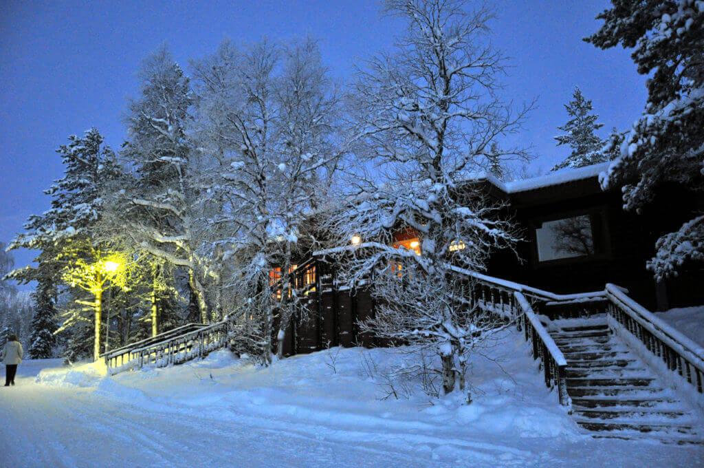 hotel-finnisch-lappland-hundeschlittentour-reise-buchen-winter-unterwegs