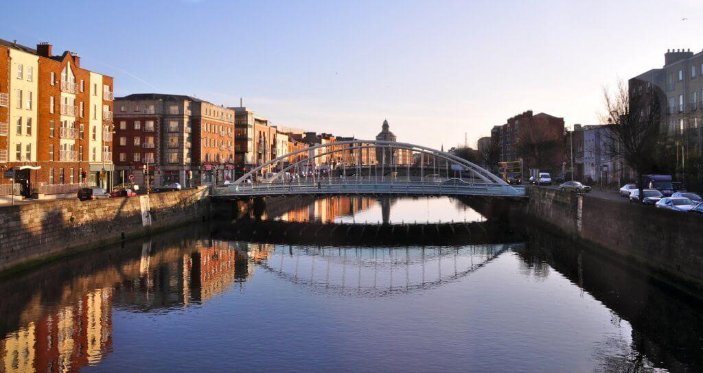 rundreise-irland-individuell-geplant-reiseexperten-mit-dem-mietwagen-Dublin-Ha´penny-Bridge