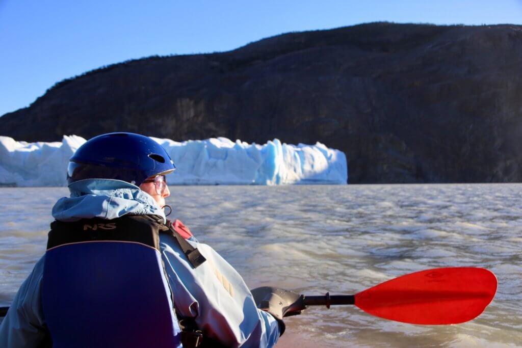organisierte-rundreise-chile-kanu-eisberg-kajaking-kajak-gletscher-patagonien-luxusurlaub-fotoreise-fotourlaub-eisfotographie-trekkingreise-abenteuer-wanderurlaub