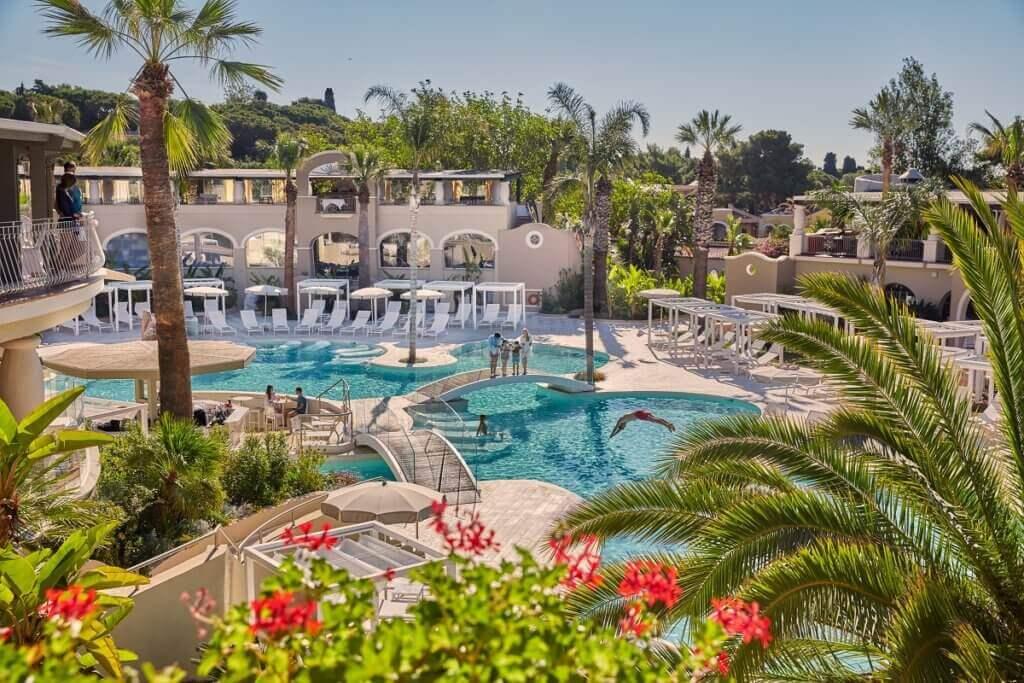 italien-familien-luxus-urlaub-sardinien-luxus-familienurlaub-familien-hotel-hochpreislich-reise-planen