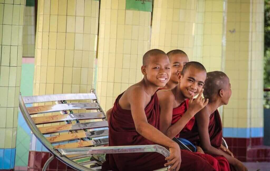 myanmar-rundreise-individuell-moenche-asien-reise-buchen-und-planen